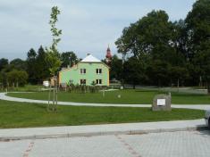 Pohled naopravenou budovu